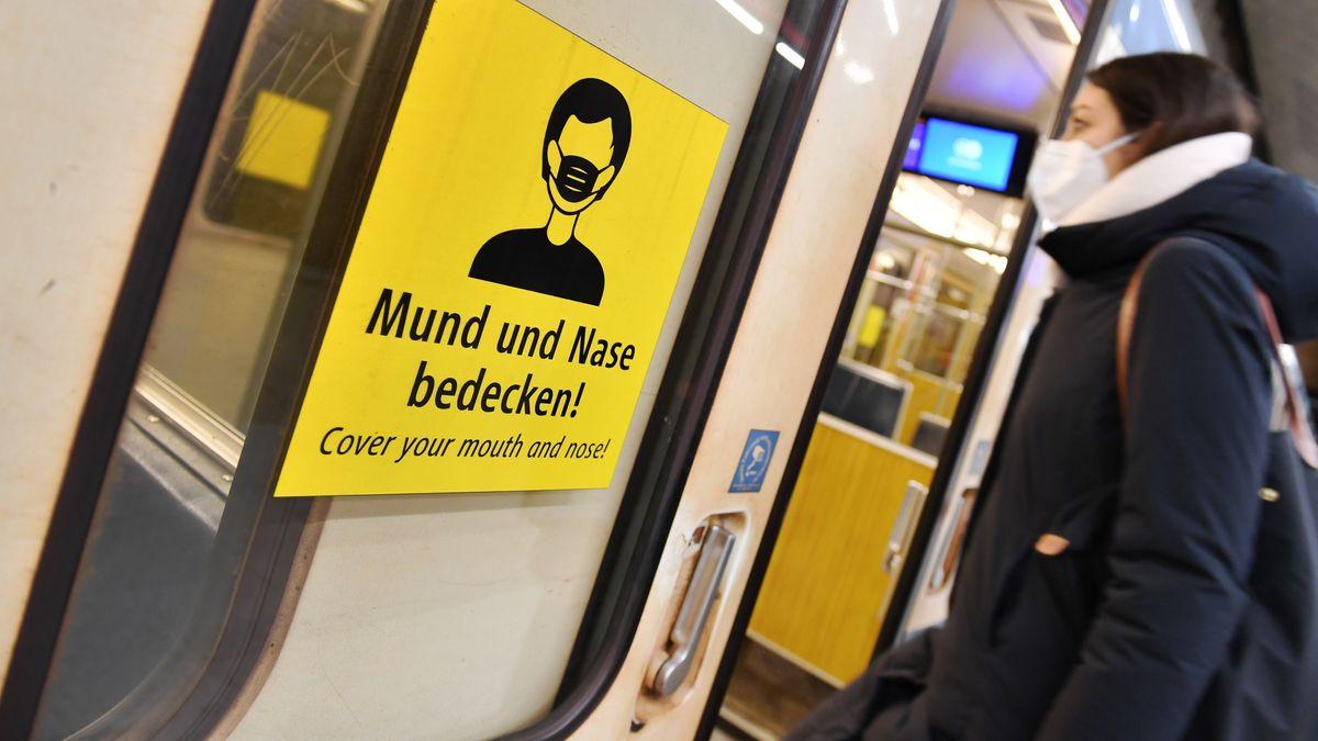 Eine Frau steigt mit FFP2-Maske in München in eine U-Bahn.