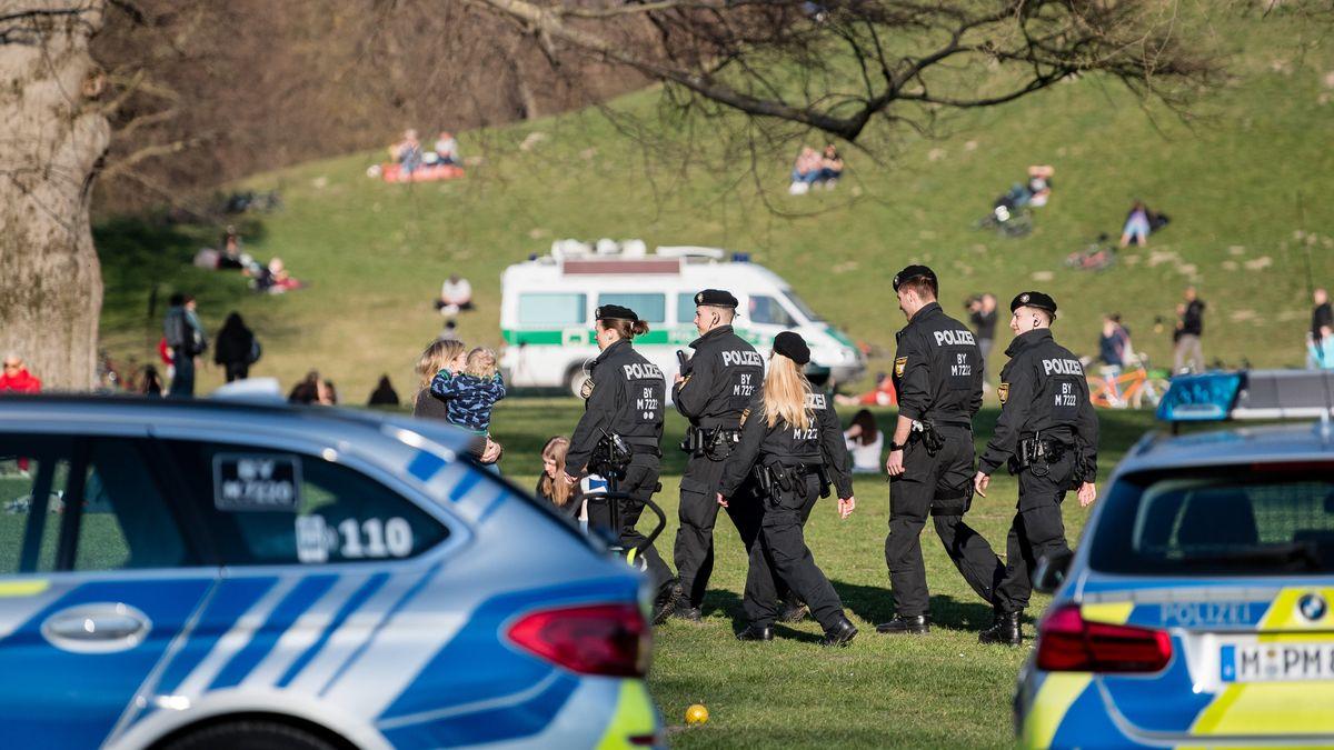 Polizisten kontrollieren im Englischen Garten in München.