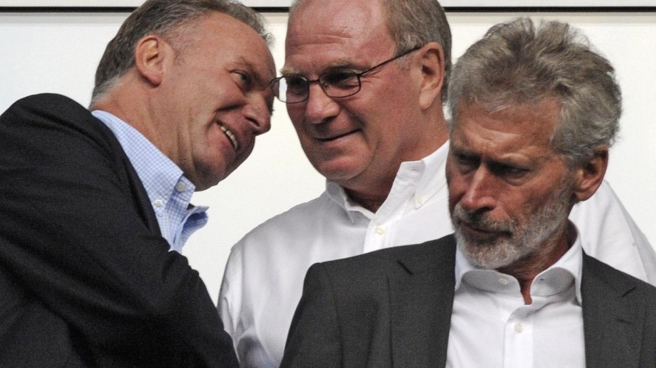 Paul Breitner (r.) neben Uli Hoeneß (M.) und Karl-Heinz Rummenigge