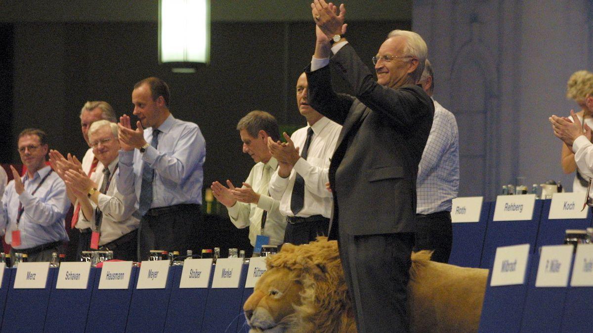 CSU-Chef und Kanzlerkandidat der Union: Edmund Stoiber auf dem CDU-Parteitag im Juni 2002 in Frankfurt - inklusive Löwe.