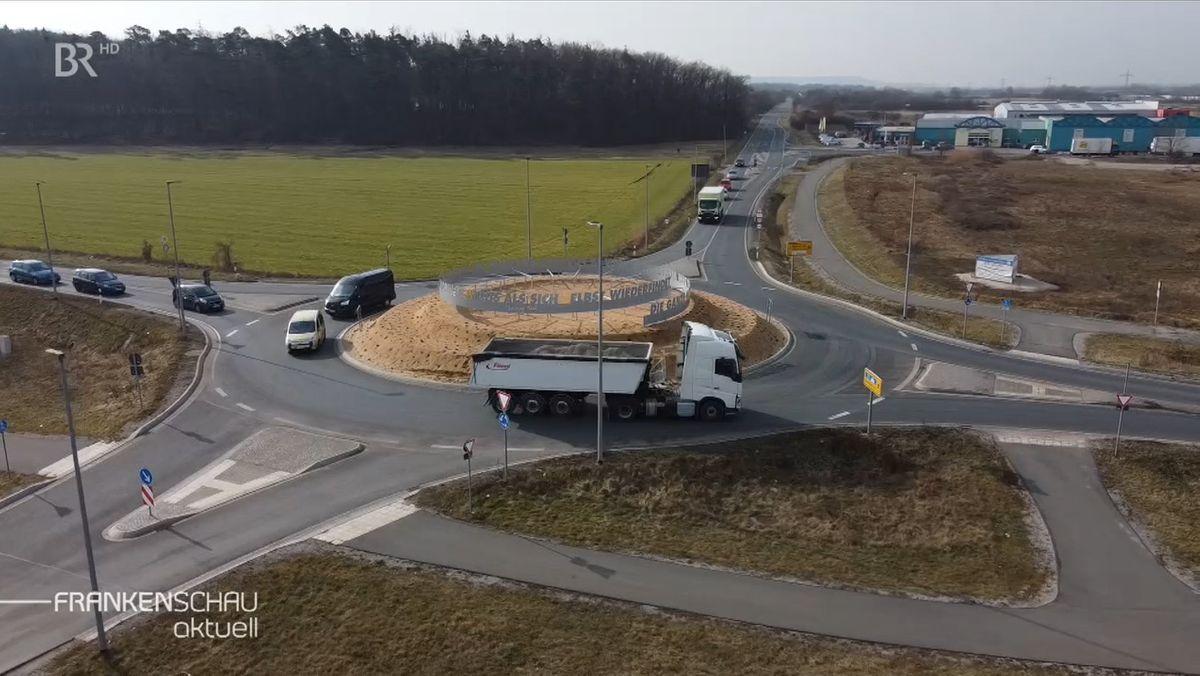 Den Kersbacher Kreisverkehr, von der Vogelperspektive aus betrachtet, fahren Autos und ein Lastwagen.