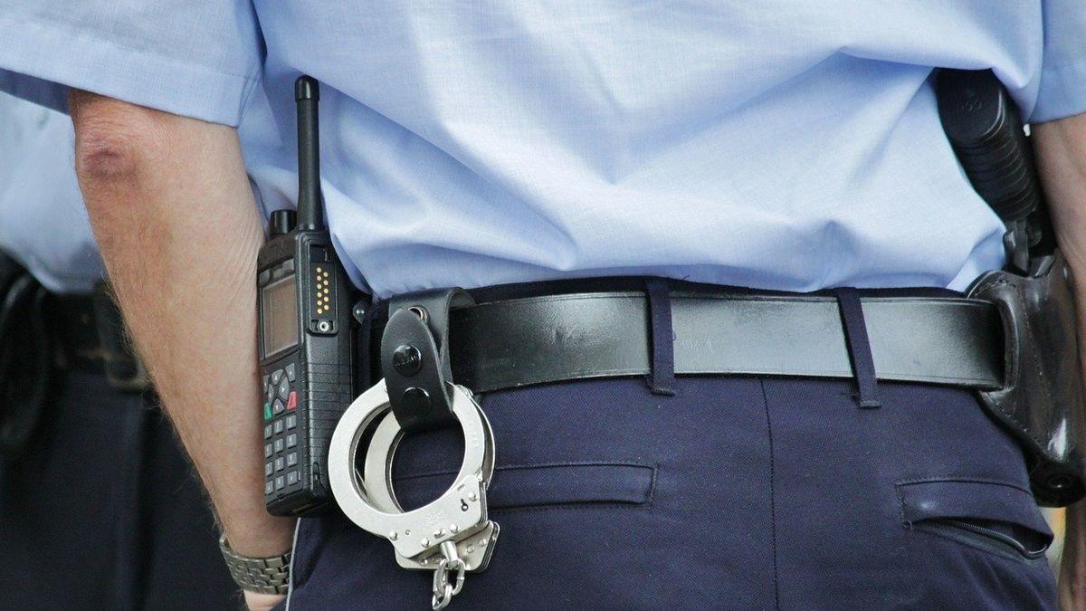 Polizisten konnten den Räuber festnehmen (Symbolbild)