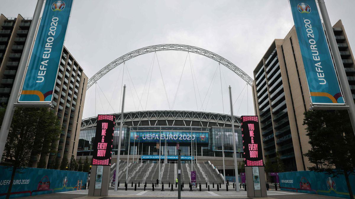 Flaggen stehen am Olympic Way vor dem Haupteingang des Wembley Stadions in London.