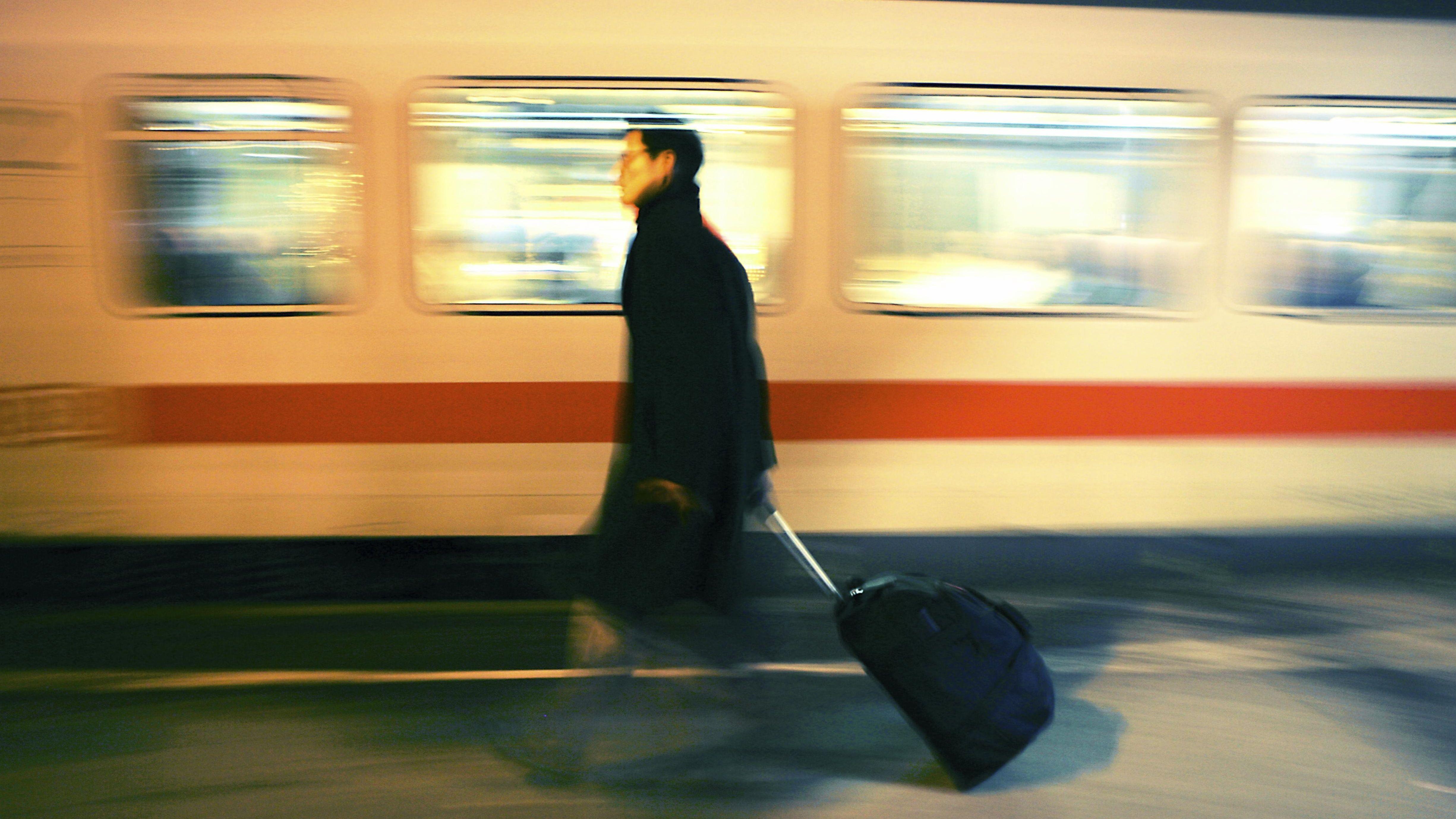 Berufspendler vor einem Zug
