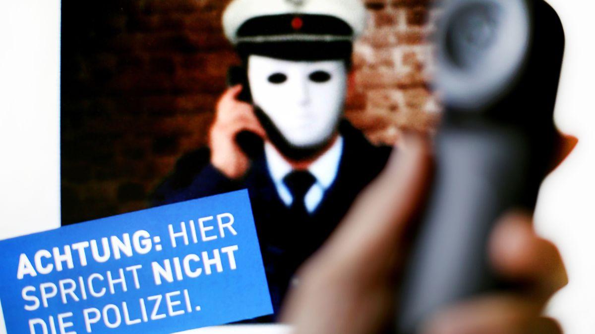 """""""Hier spricht nicht die Polizei"""" - Mit diesem Plakat warnte die Polizei in Nordrhein-Westfalen vor falschen Polizisten am Telefon."""