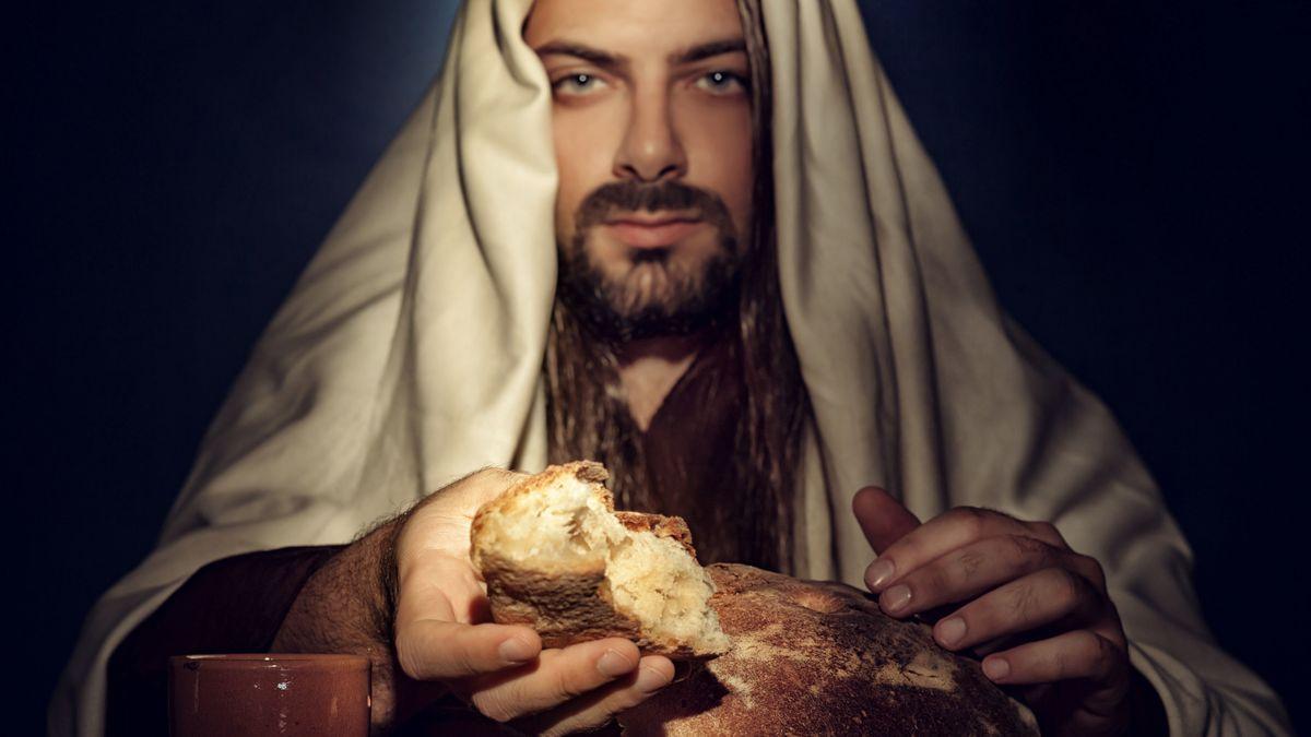 Jesus bricht das Brot und reicht es seinen Jüngern