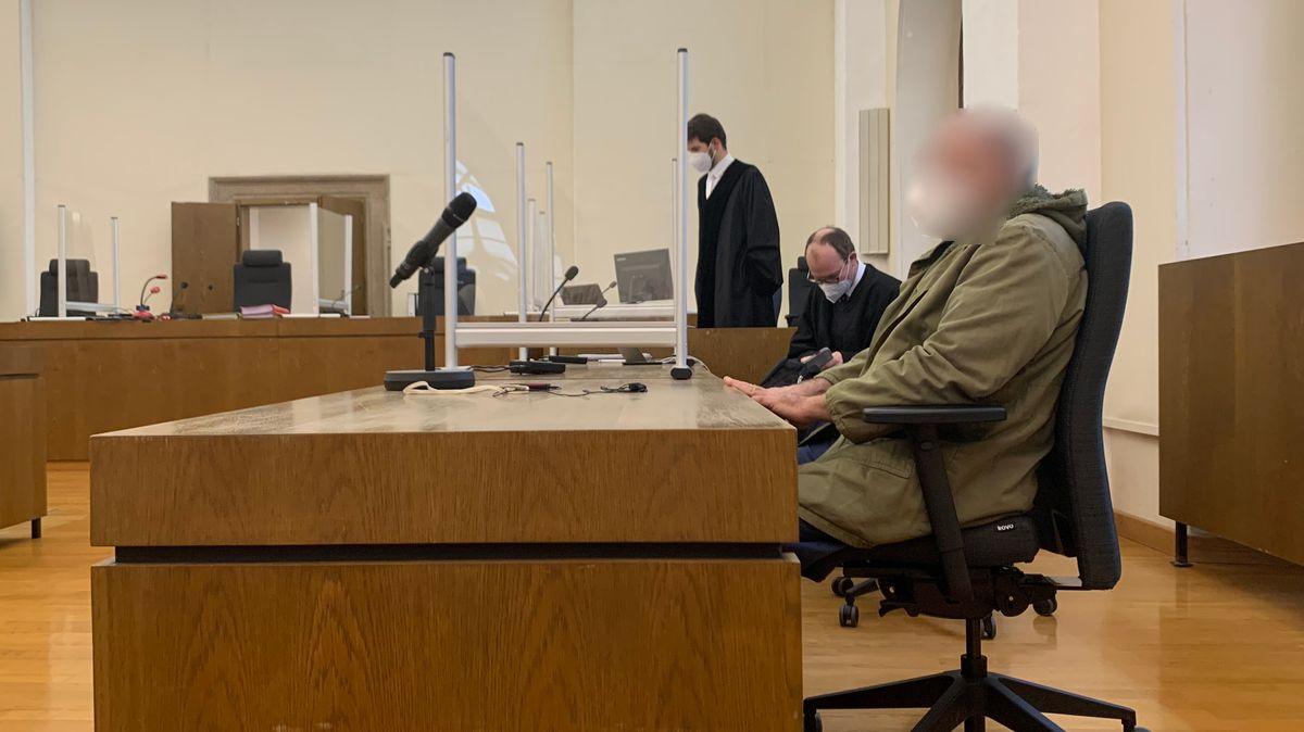 Einer der Angeklagten im Gerichtssaal in Passau