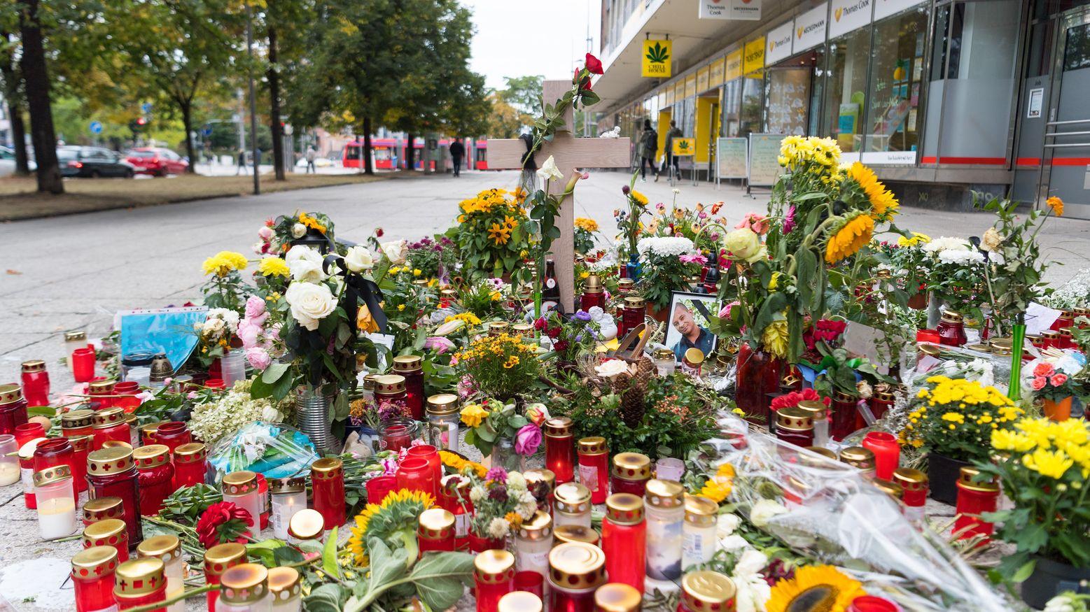 Kerzen und Blumen am Tatort in Chemnitz