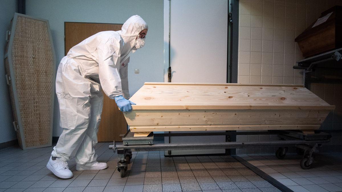 Die steigenden Sterbefälle aufgrund der Corona-Pandemie bringen Bestatter bundesweit an ihre Belastungsgrenzen.