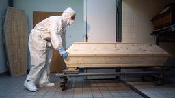 Die steigenden Sterbefälle aufgrund der Corona-Pandemie bringen Bestatter bundesweit an ihre Belastungsgrenzen. | Bild:picture alliance/dpa | Julian Stratenschulte
