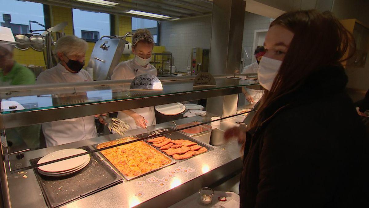 Mensa statt Sterneküche: Reiser-Azubis kochen für Schulkinder