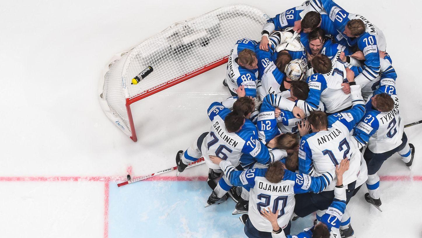 Eishockey-WM: Die Finnen feiern nach dem Ende des Matches gegen Kanada ihren dritten WM-Erfolg.