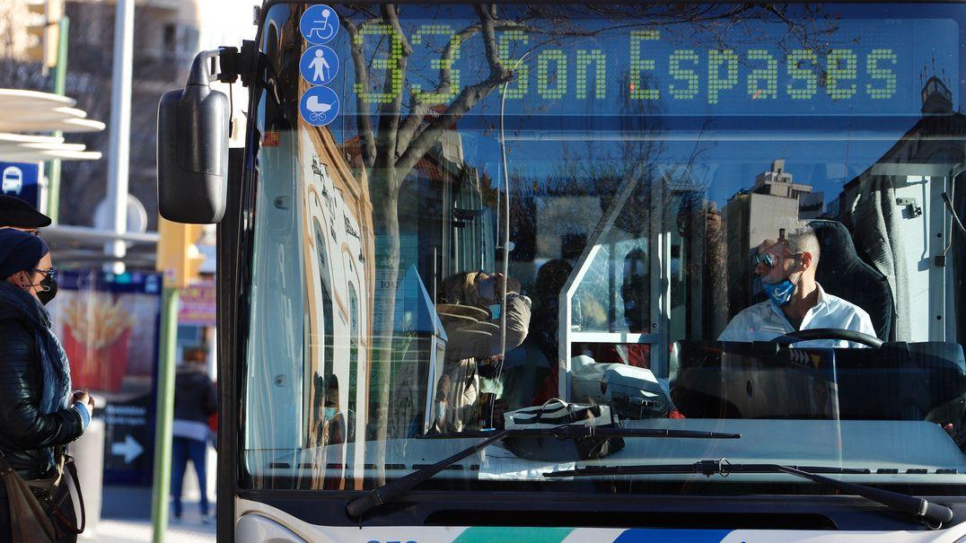 Mallorca: Menschen mit Masken steigen inmitten der Corona-Pandemie in einen Bus ein. Die Regionalregierung der Balearen empfahl explizit, in öffentlichen Verkehrsmitteln zu schweigen, um die Corona-Ansteckungsgefahr zu reduzieren