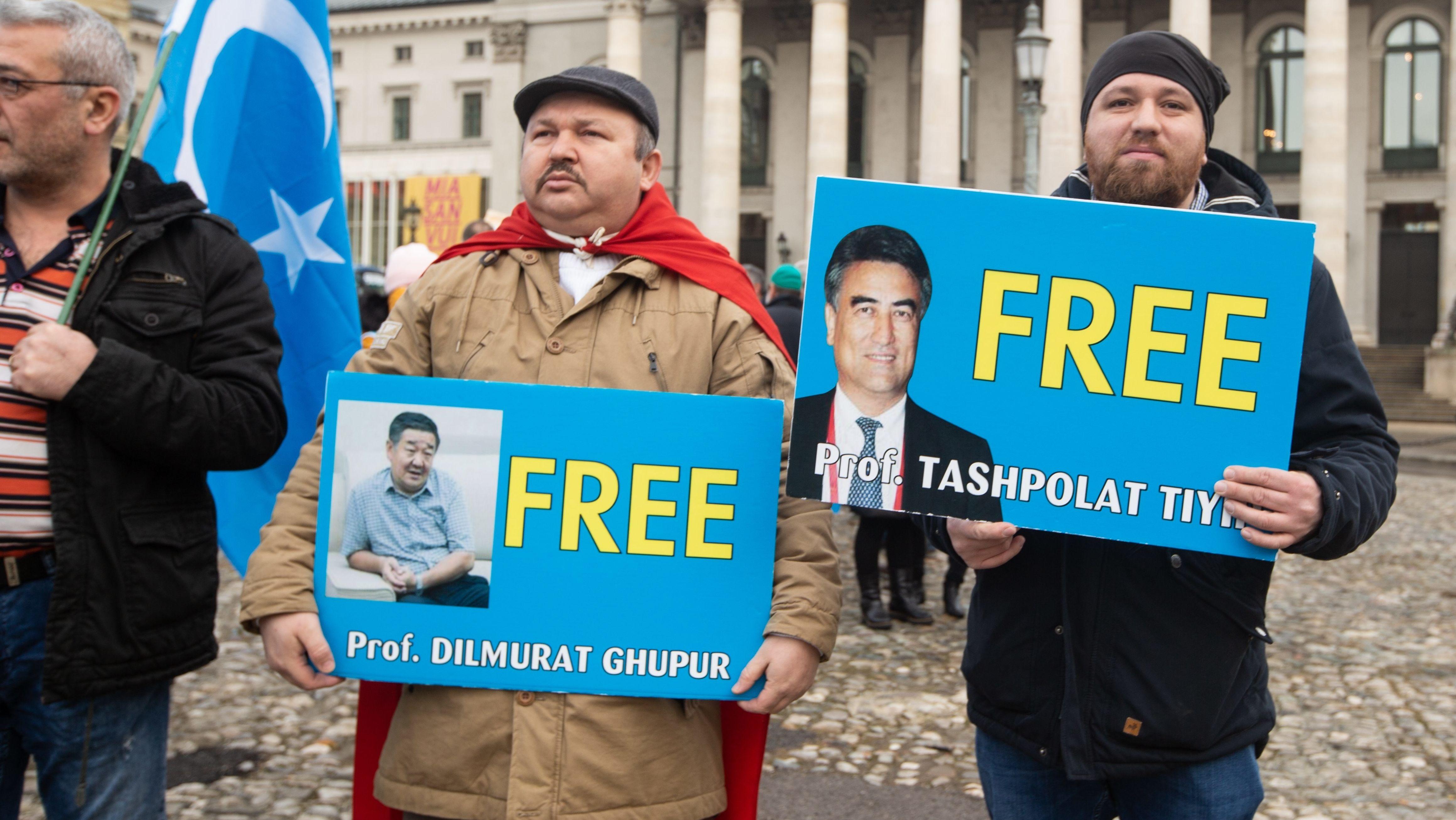 Uiguren protestieren in München, 2019, Zwei Männer halten Protestschilder.