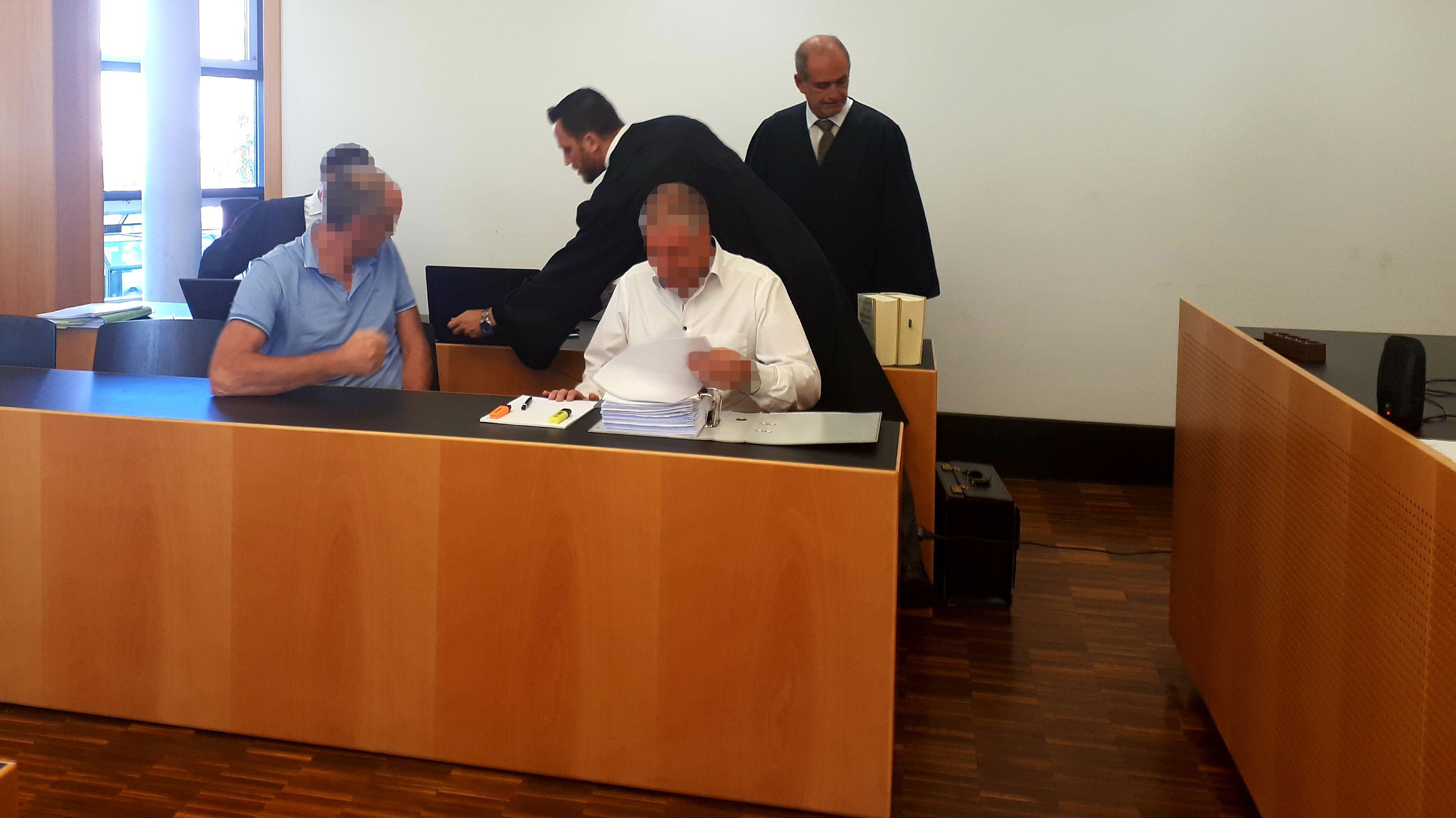 Der Geschäftsführer und ein Mitarbeiter des Krematoriums in Kempten vor dem Amtsgericht Augsburg