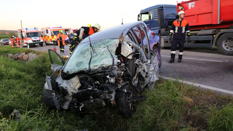 Zerstörtes Unfallauto