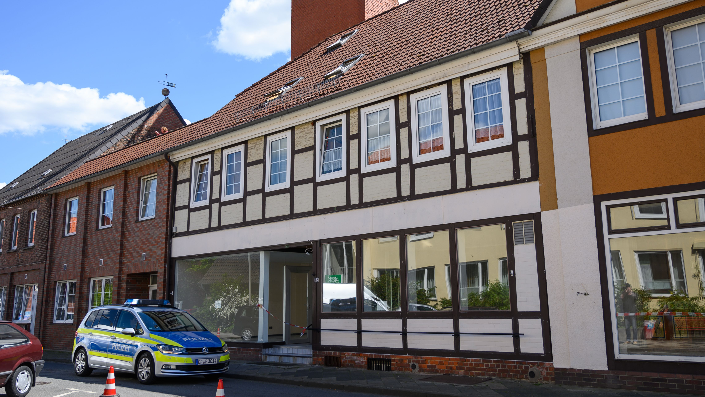 Ein Polizeiauto steht vor dem abgesperrten Eingang des Wohnhauses der beiden toten Frauen im niedersächsischen Wittingen.