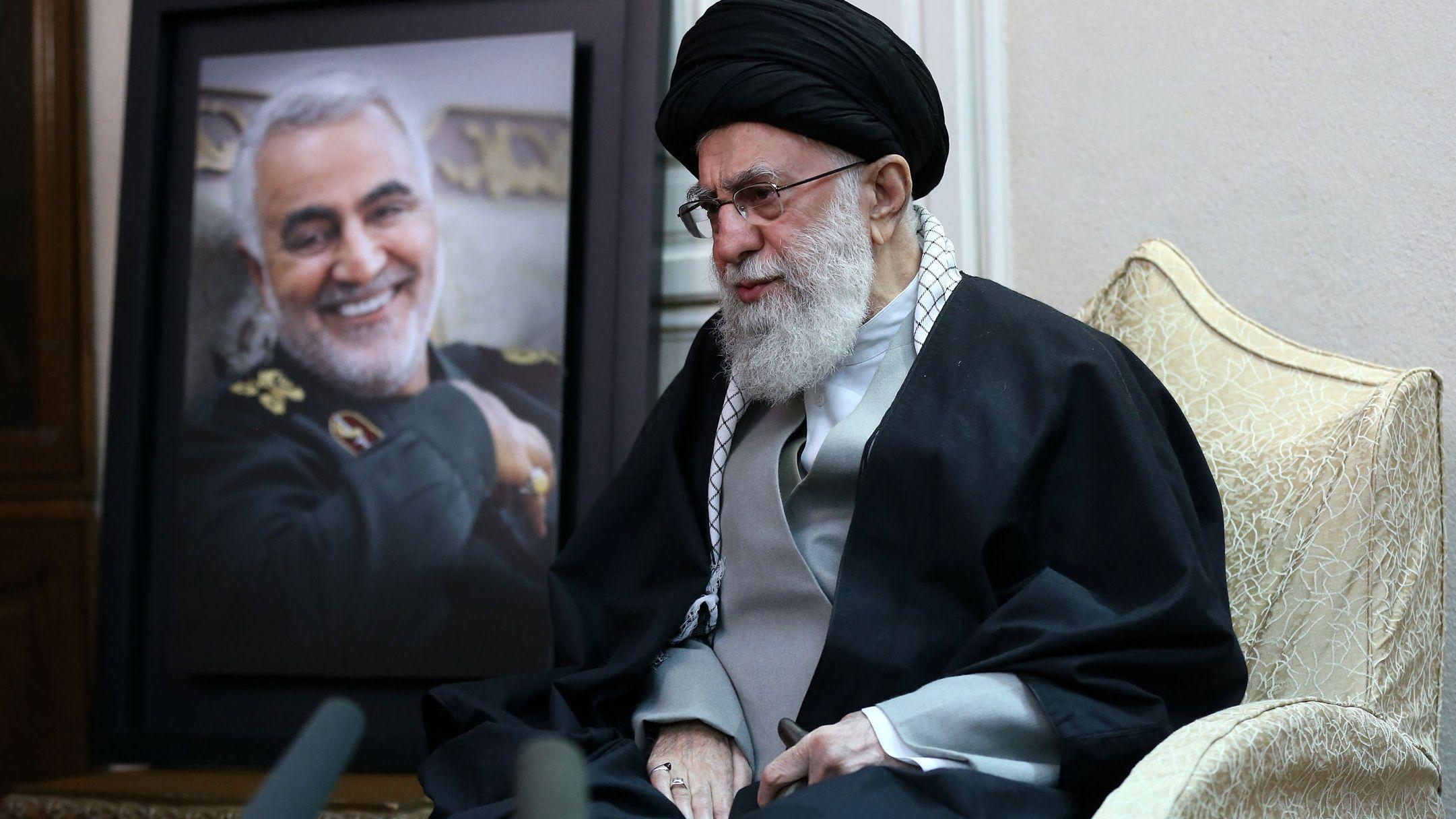 Ajatollah Ali Chamenei, Religionsführer des Iran, sitzt neben einem Bild des Generals der iranischen Al-Kuds-Brigaden Soleimani .