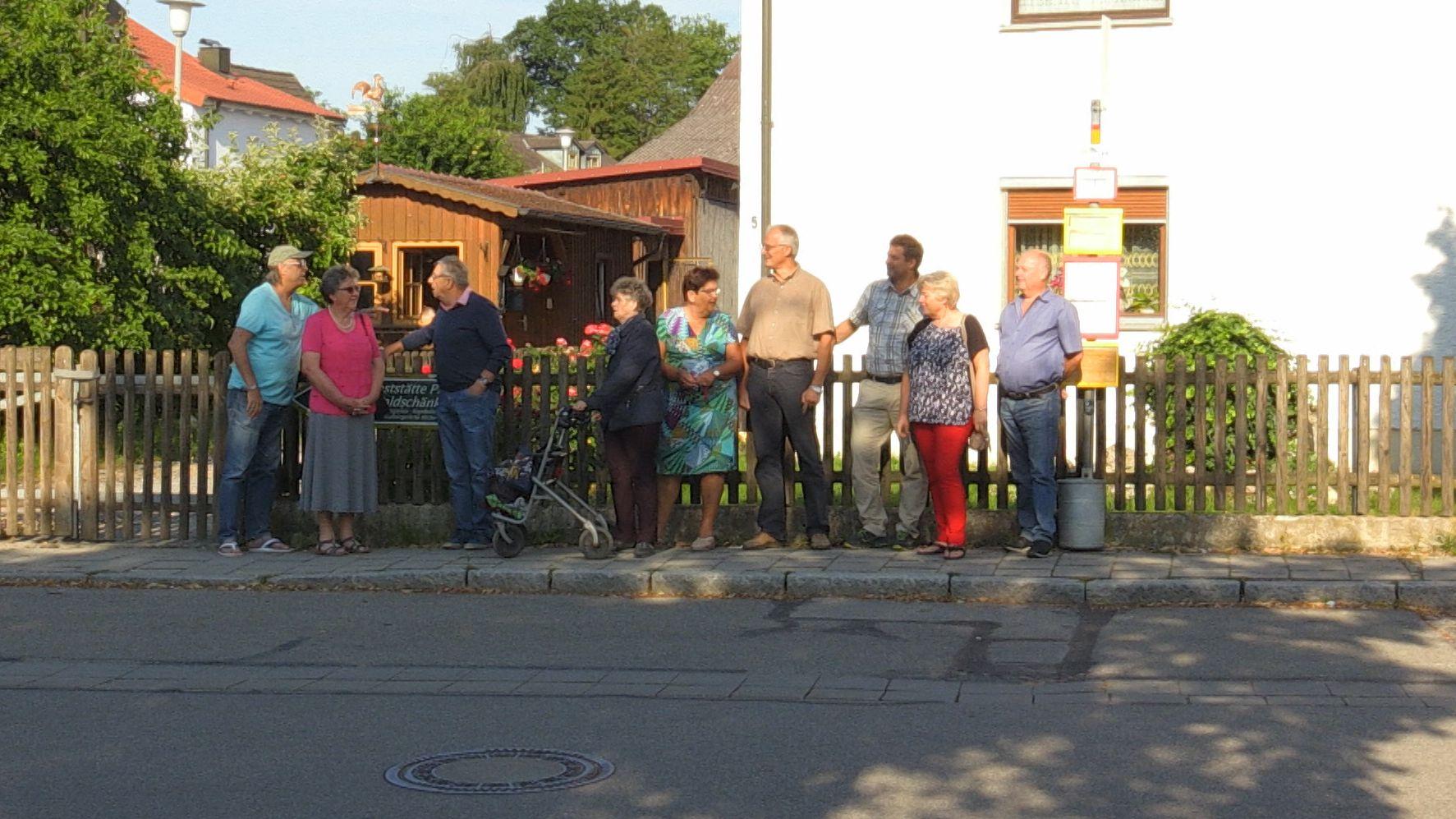 Ältere menschen warten in Steinsberg auf den Bürger-Bus