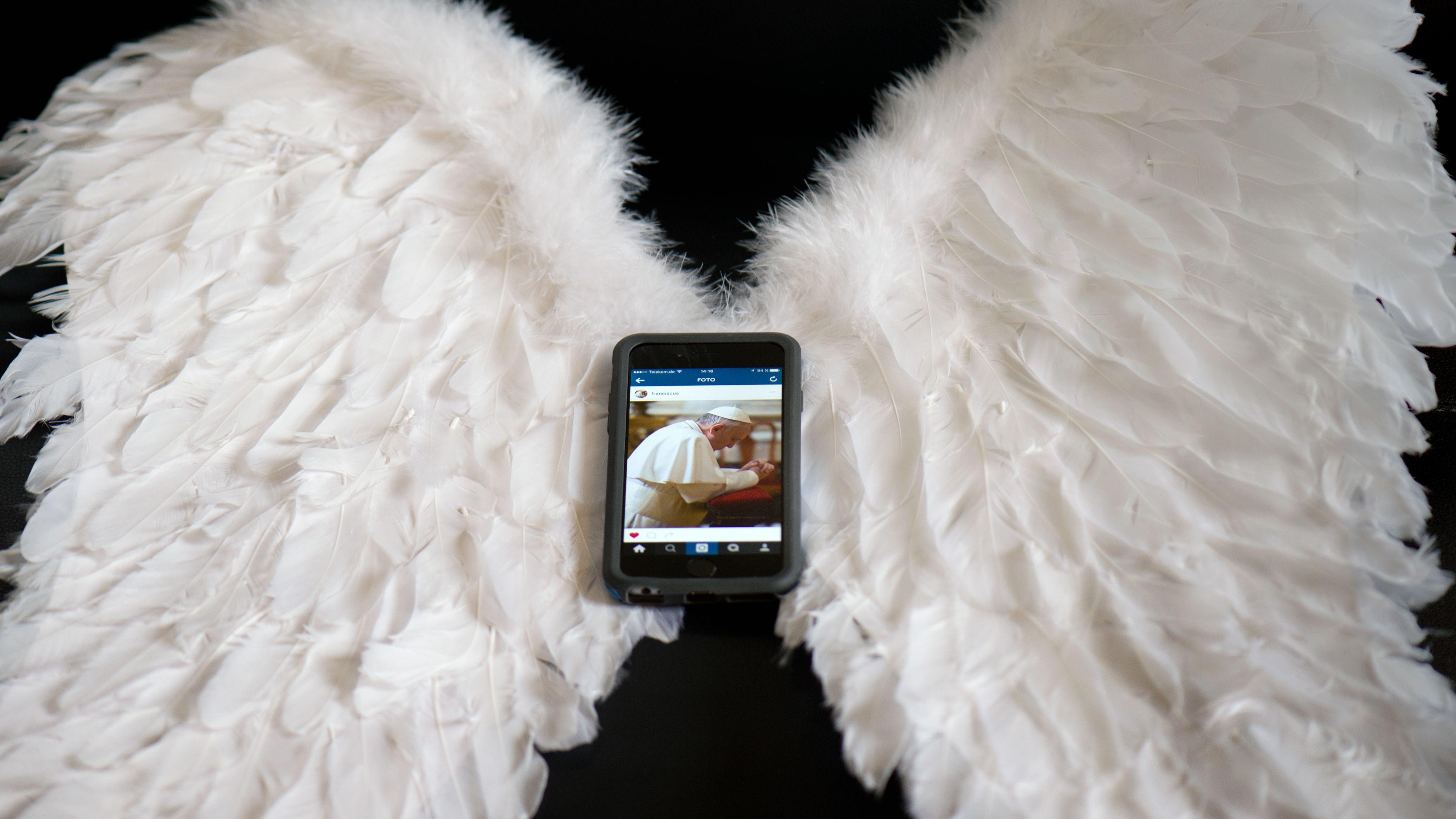 Smartphone auf Engelsflügel