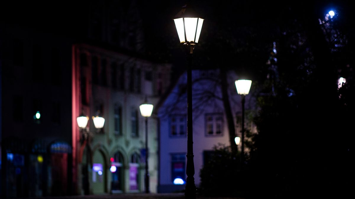 Brennende Straßenlampen in der Nacht.