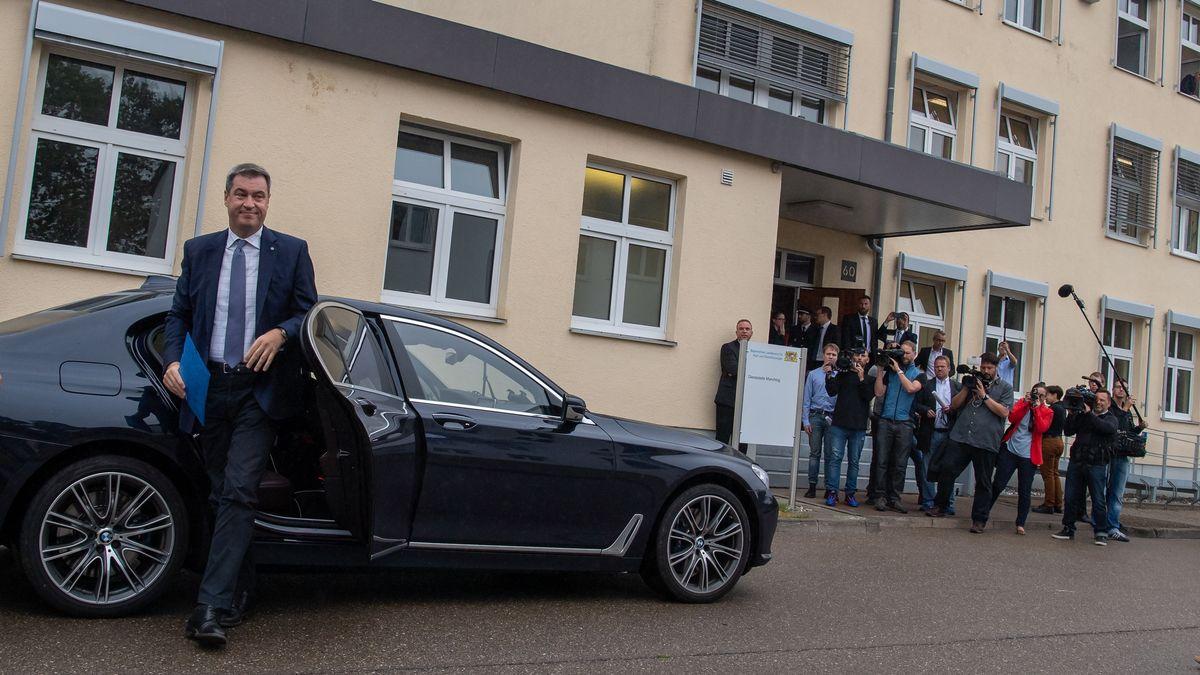 Ministerpräsident Söder steigt bei einem Pressetermin am Landesamt für Asyl und Rückführung aus seinem Dienstwagen, aufgenommen am 29.07.19.