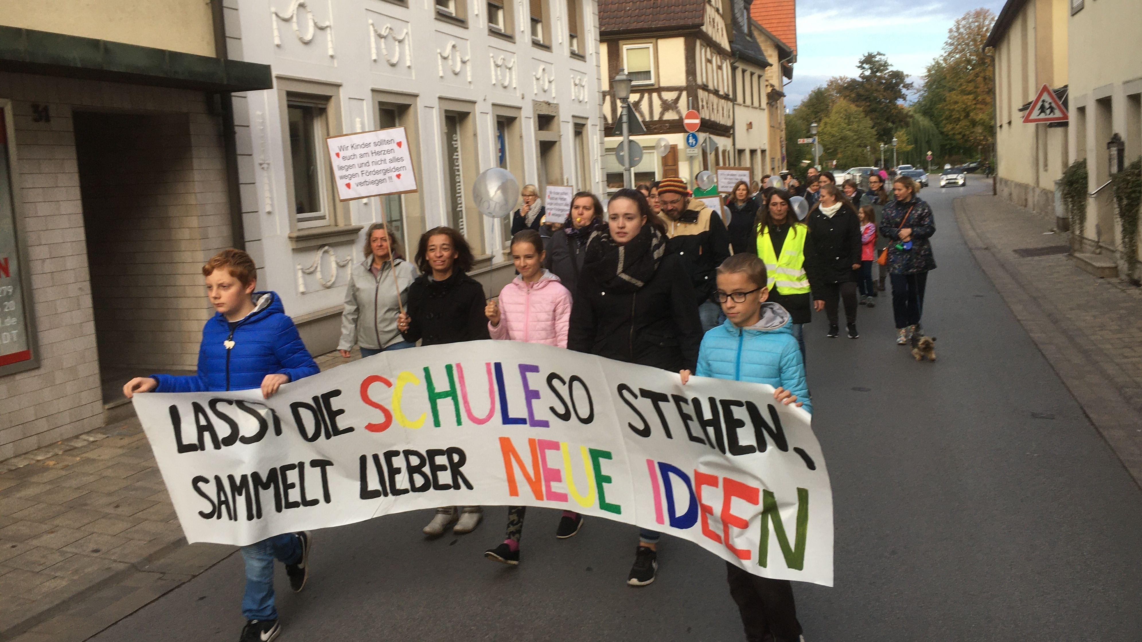 Demo gegen den Neubau der Grundschule in Bad Königshofen