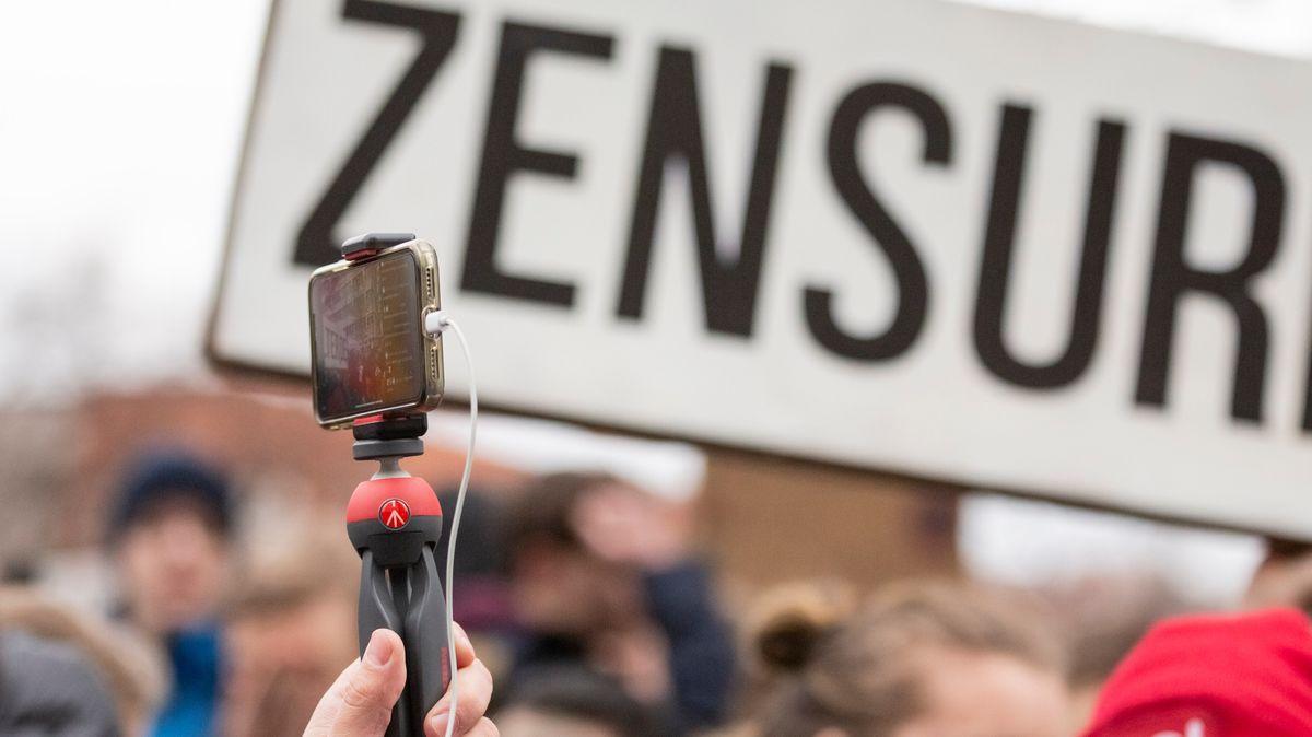 """02.03.2019, Berlin: """"Zensur"""" ist bei einer Demonstration des Bündnisses «Berlin gegen 13» gegen Uploadfilter und EU-Urheberrechtsreform im Artikel 13 auf einem Plakat zu lesen, während ein Teilnehmer mit einem Handy filmt."""