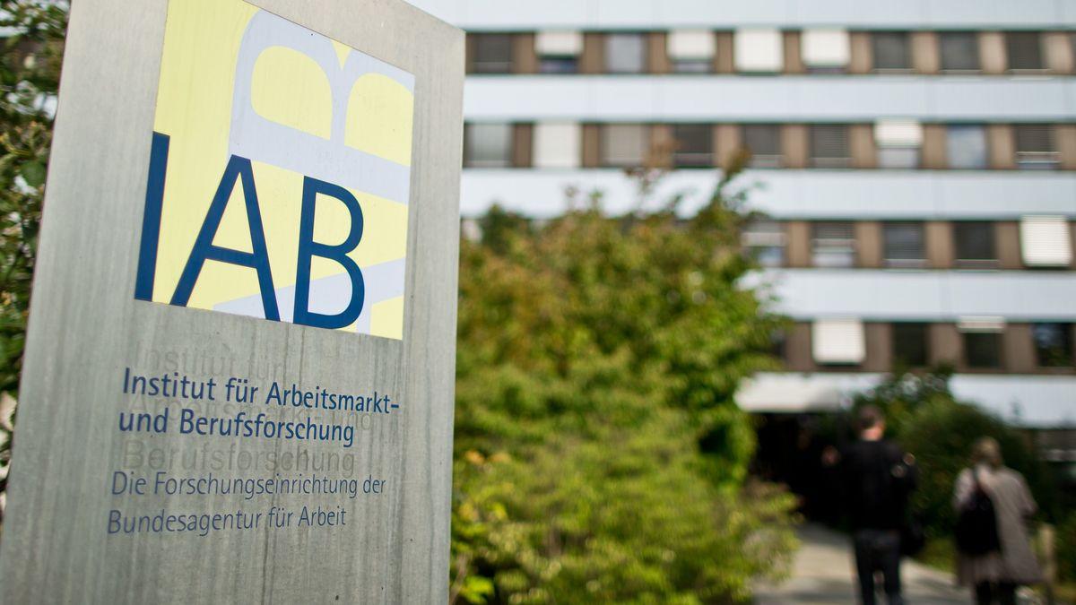 Das IAB-Schild vor der Zentrale in Nürnberg