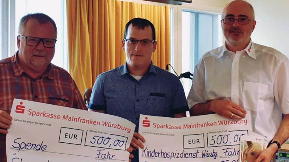 Markus Lukas überreicht die Spendenschecks an Jürgen Bischof von den Maltesern (rechts) und für Sternstunden an Eberhard Schellenberger (links)