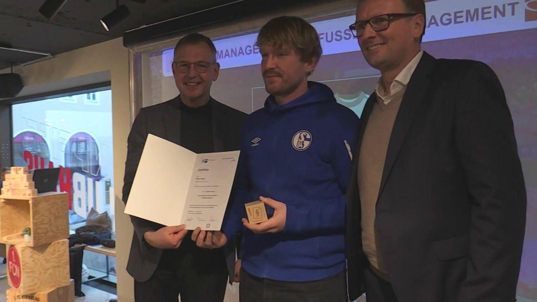 Ein CSR-Manager präsentiert sein Zertifikat der IHK Nürnberg