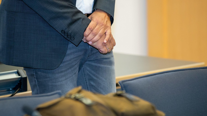 Der frühere Geschäftsführer der niederbayerischen Firma Bayern-Ei steht zum Prozessbeginn im Sitzungssaal im Landgericht Regensburg.