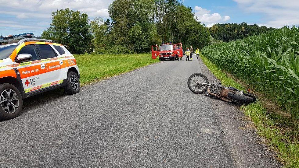 Das verunglückte Motorrad und Rettungskräfte am Unfallort