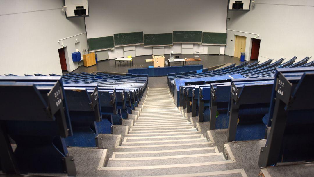 Ein leerer Hörsaal: Auch im dritten Corona-Semester wird das an vielen Unis Realität sein (Symbolbild).