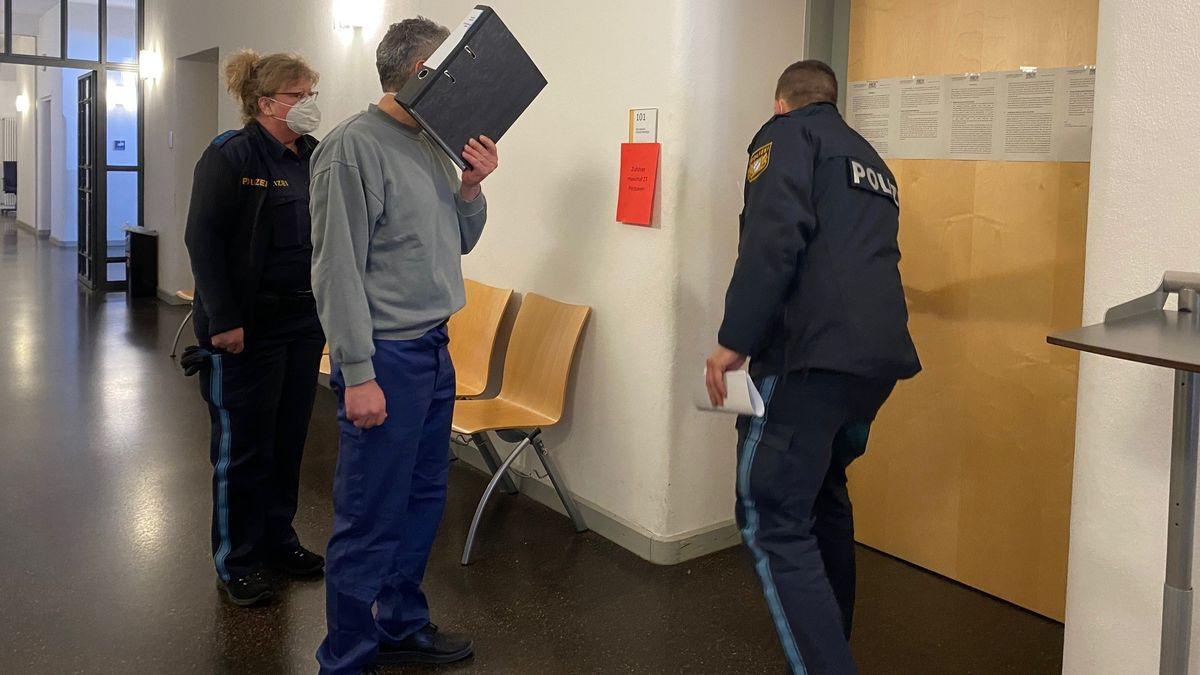 Der 55-Jährige Angeklagte heute vor dem Gerichtssaal.
