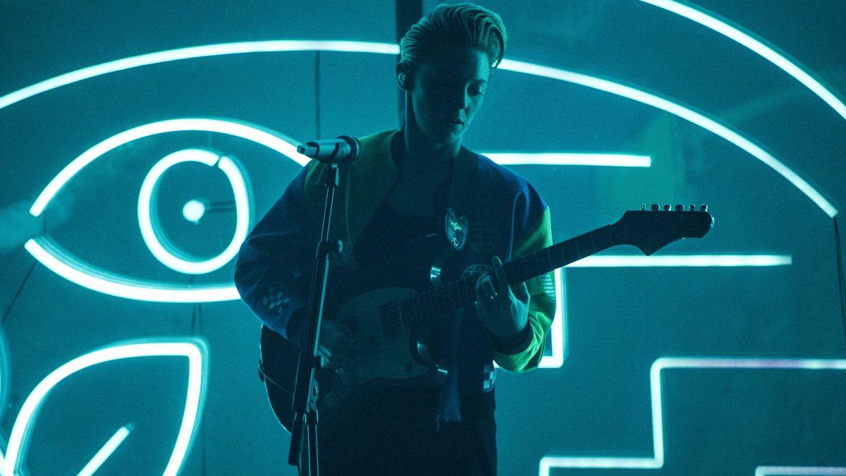 Elly Jackson alias La Roux mit Gitarre auf der Bühne in London