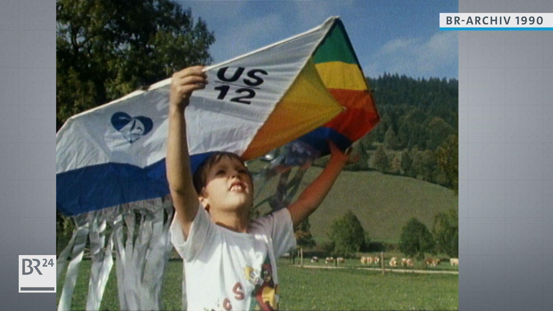 Ein Junge lässt seinen Drachen steigen