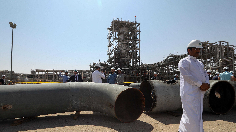 Ölraffinerie und saudischer Arbeiter