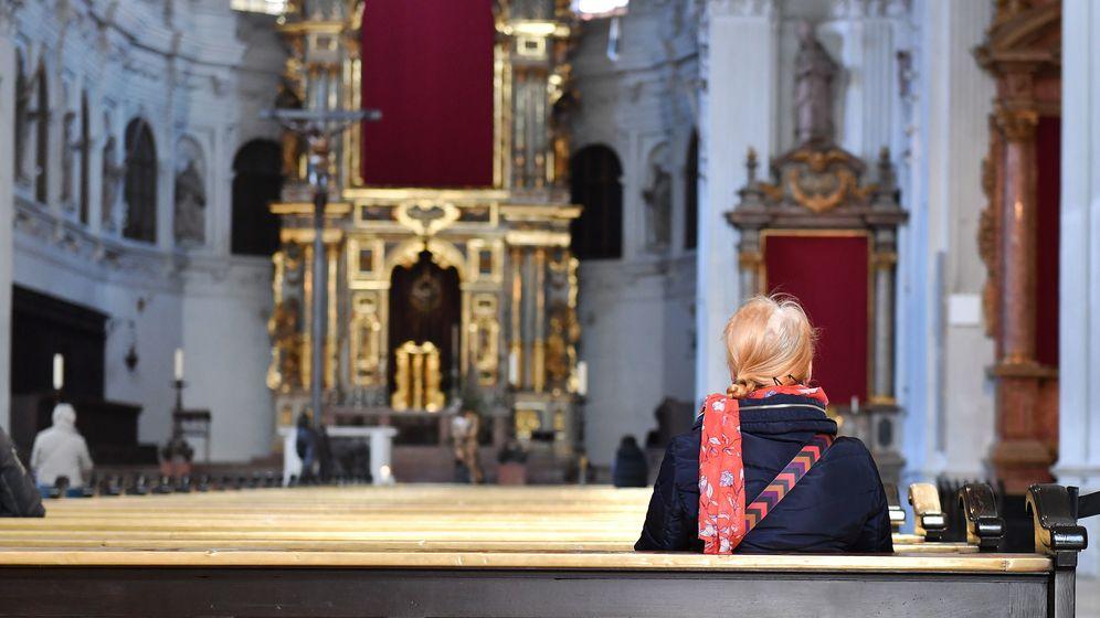 Eine Gläubige sitzt in einer Kirche.  | Bild:FrankHoermann/SVEN SIMON/ dpa/ picture alliance
