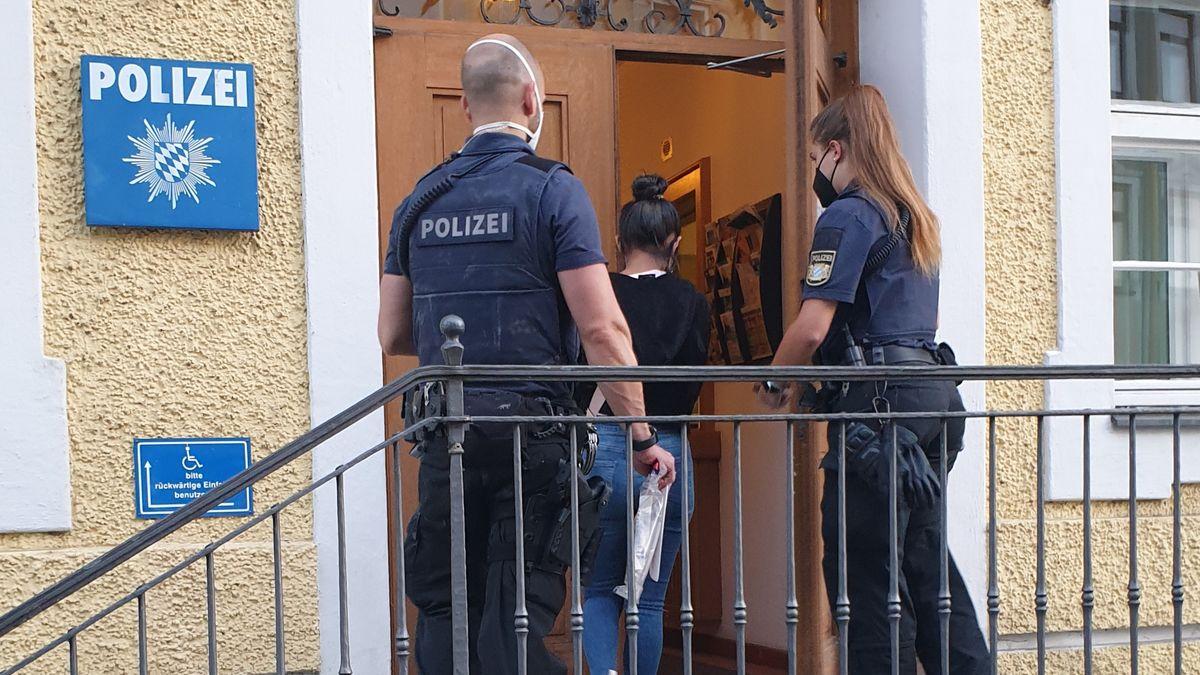 Eine der Prostituierten wird auf die Wache geführt.