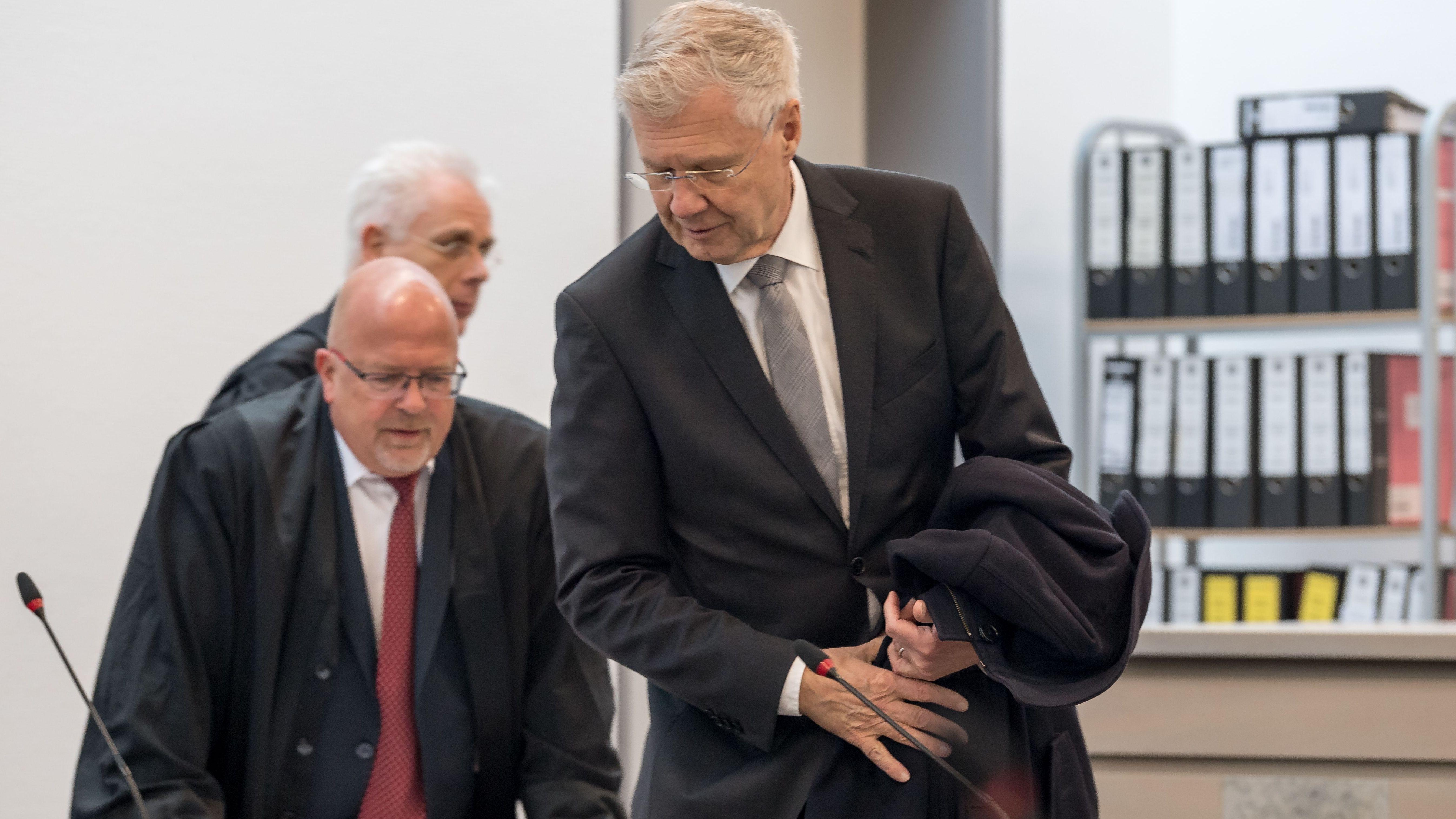 Alfred Lehmann (r, CSU), ehemaliger Oberbürgermeister von Ingolstadt, mit seinen Anwälten im Landgericht Ingolstadt.
