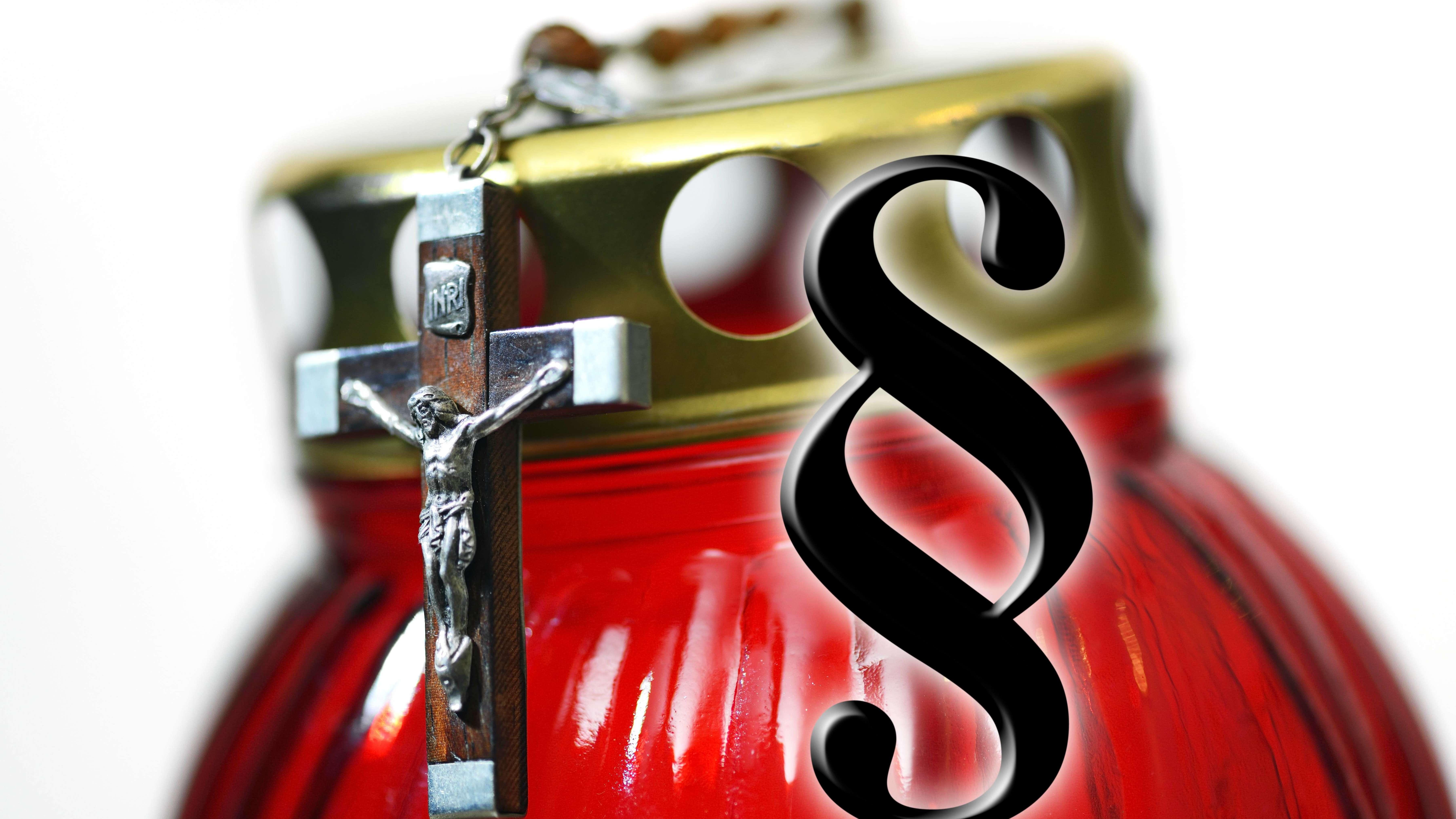 Kreuz an einem Grablicht und Paragrafen-Zeichen, Symbolfoto Sterbehilfe