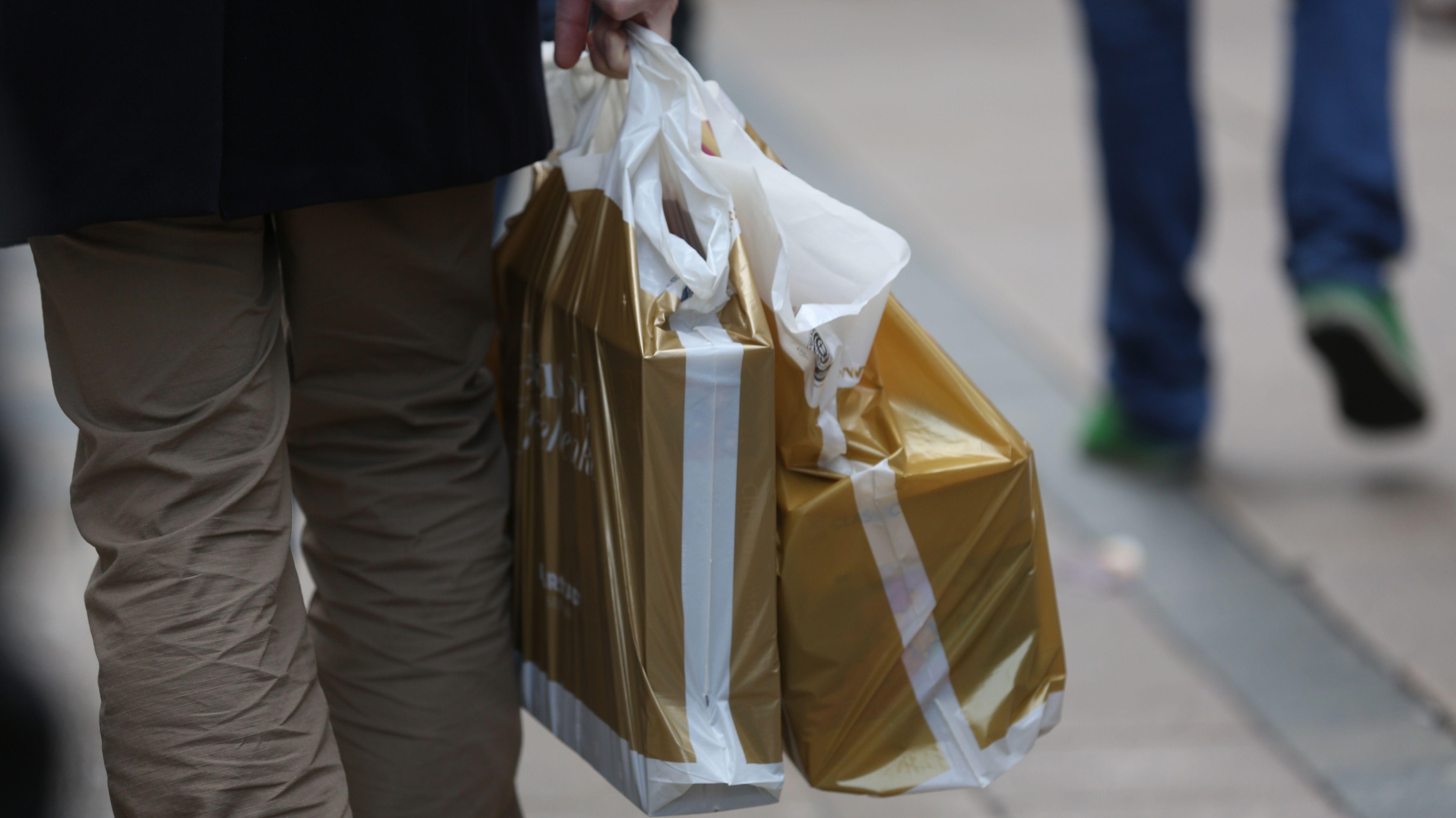 Einkaufstüten in den Händen