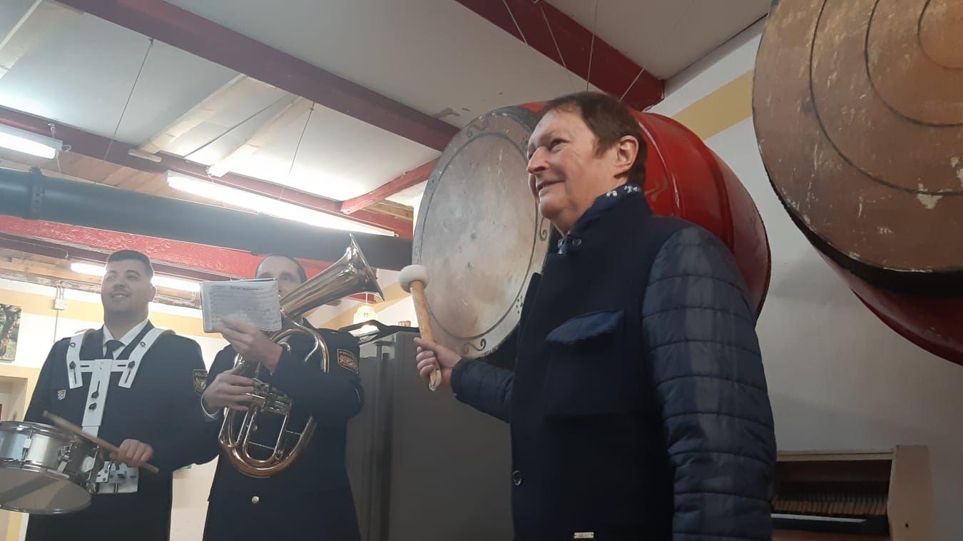 """Zum 75. Geburtstag von """"Haindling"""" spielt das Polizeipräsidium Niederbayern ein Ständchen. Das Geburtstagskind trommelt mit"""