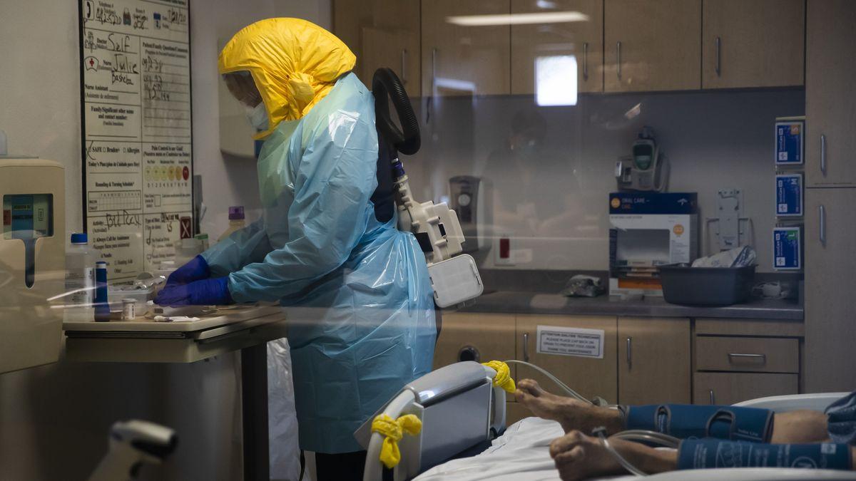 USA: Eine Krankenschwester in Schutzausrüstung behandelt einen Covid-19-Patienten im El Centro Regional Medical Center.