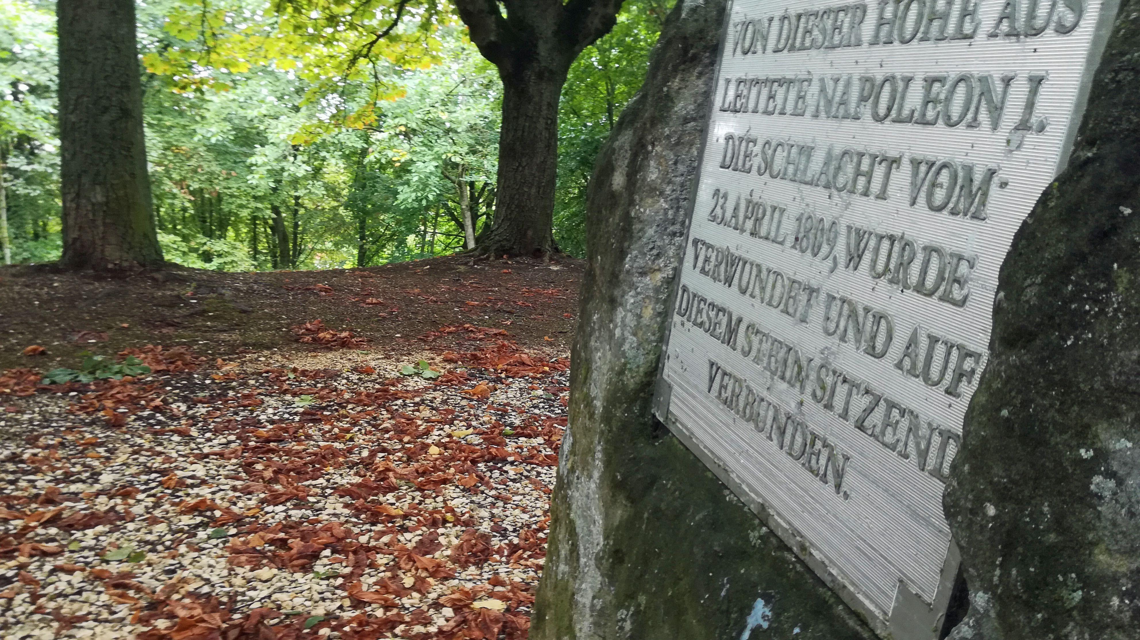 """Spuren Napoleons in Regensburg: Auf einer Anhöhe im Stadtsüden steht der """"Napoleonstein"""". Von hier soll der Kaiser die Schlacht verfolgt haben."""