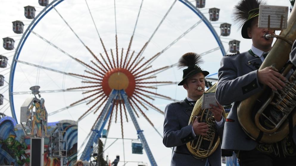 Wiesn - Riesenrad mit Trachtenumzug   Bild:picture-alliance/dpa