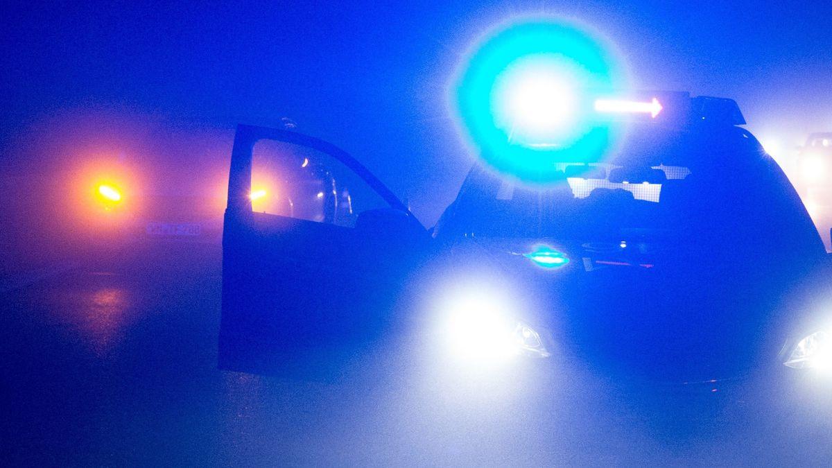 Verkehrsabsicherung durch Streifenwagen in der Nacht