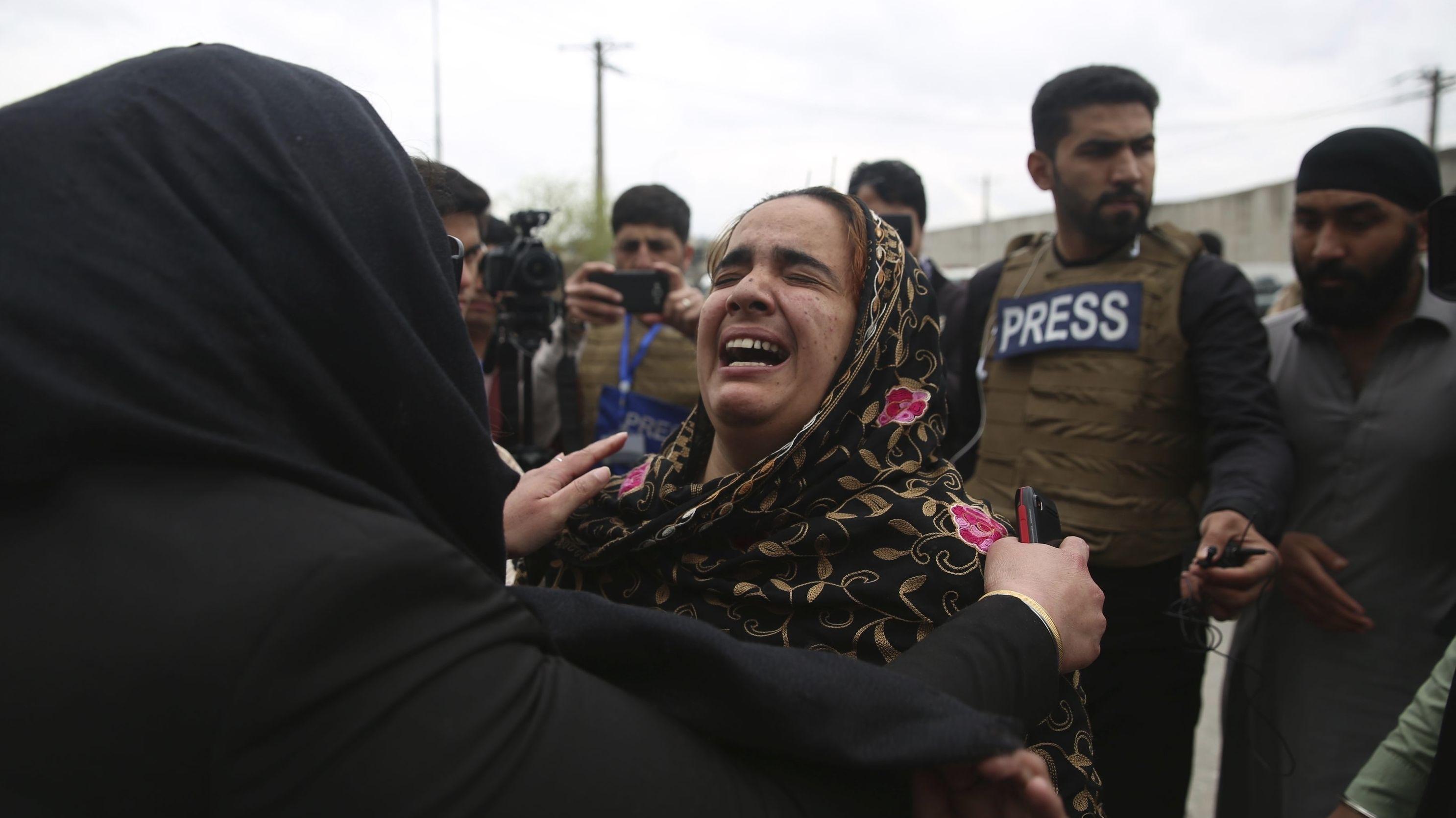 Familienangehörige weinen nach einem Anschlag in einem Sikh-Tempel.