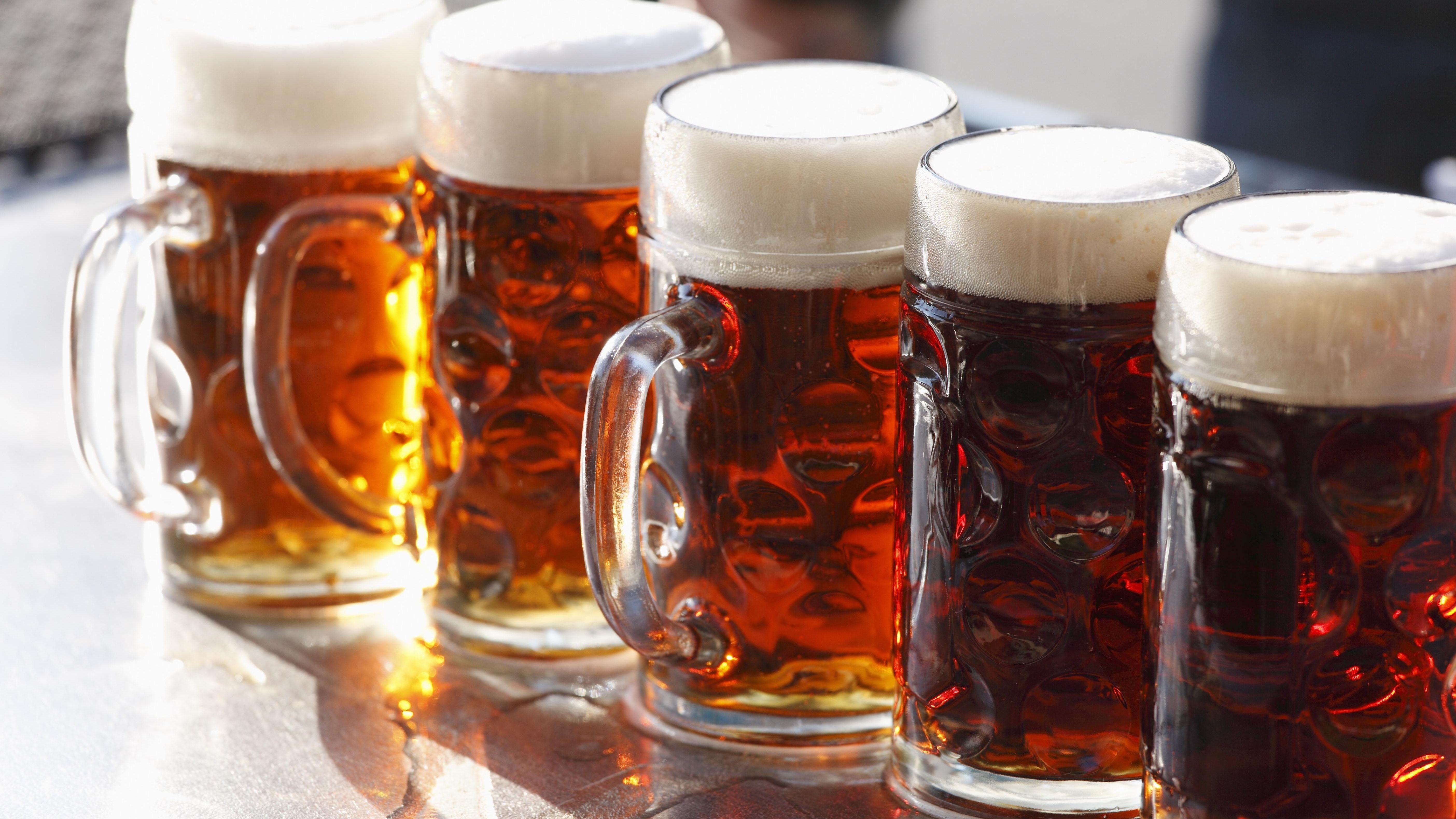 Fünf Bierkrüge stehen in einer Reihe
